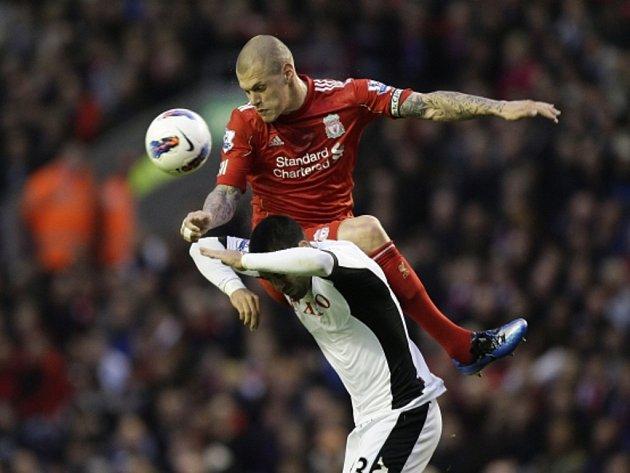 Martin Škrtel z Liverpoolu (v červeném) a Clint Dempsey z Fulhamu.