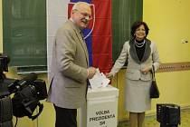 V sobotu odvolil i dosluhující prezident Gašparovič s manželkou.
