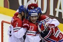 Čeští hokejisté objímají po postupu do semifinále MS hrdinu čtvrtfinále proti USA brankáře Alexandera Saláka.