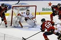 Jaromír Jágr střílí vítězný gól do sítě Calgary Flames.