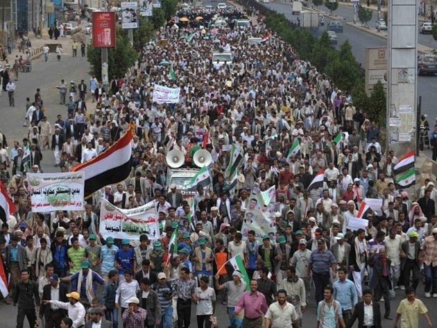 Několik tisíc demonstrantů pobouřených filmem znevažujícím proroka Mohameda zaútočilo dnes ráno na ambasádu Spojených států v Jemenu.