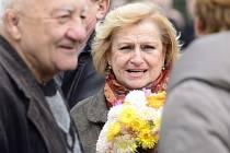 Poslední rozloučení s atletkou Miloslavou Rezkovou-Hübnerovou. Na snímku je olympionička Věra Čáslavská a herec Zdeněk Srstka.