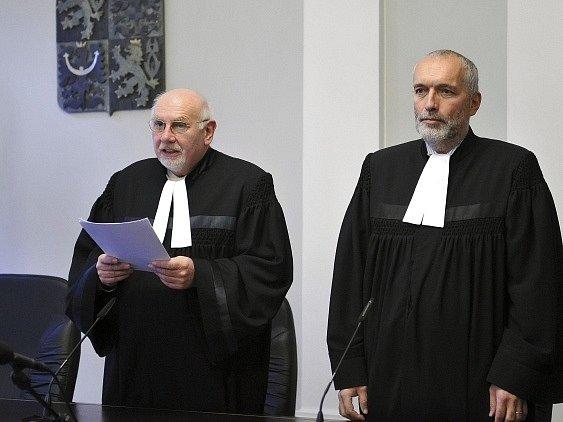 Předseda Ústavního soudu Pavel Rychetský a soudce zpravodaj Stanislav Balík (vpravo)