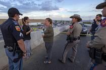 Edie Hallbergová (třetí zleva) hovoří s policisty poblíž nákupního střediska v americkém El Pasu, kde došlo ke střelbě.