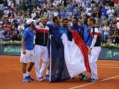 Francouzští tenisté se radují z postupu do finále Davis Cupu.
