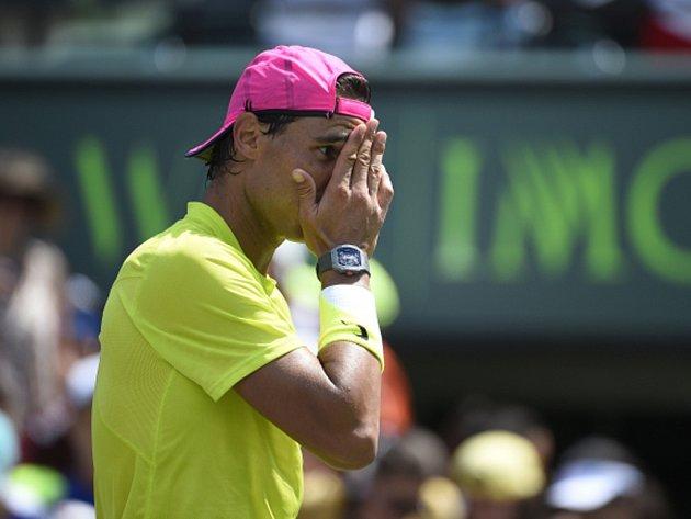 Zvládne ostrý zápas? Rafael Nadal si na tréninku v Miami poranil kotník.