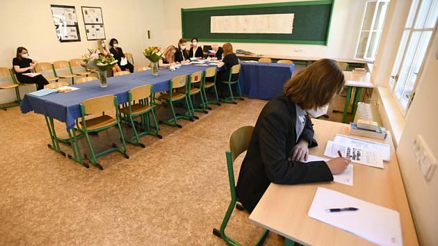 """Student si na """"potítku"""" připravuje odpovědi na vylosovanou maturitní otázku 1. června 2021 na pražském gymnáziu Na Zatlance"""