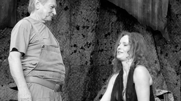 """HRUBEŠOVÁ JE SVŮDNÁ KRÁLOVNA. Jen na vnadách herečky Markéty Hrubešové představení """"S Pydlou v zádech"""" postavené není, ale mužskou část publika pohled na ni potěší."""