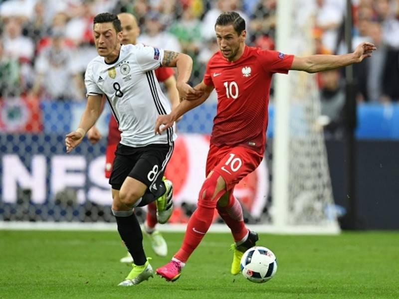 Mesut Özil z Německa (vlevo) a Grzegorz Krychowiak z Polska.