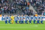 Fotbalisté Herthy Berlín včetně Vladimíra Daridy (pátý zleva) protestovali pokleknutím proti Donaldu Trumpovi.