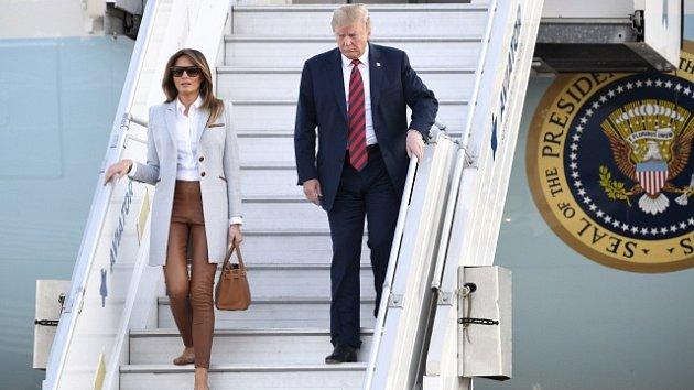 Donald Trump dorazil s manželkou Melanií do Helsinek.