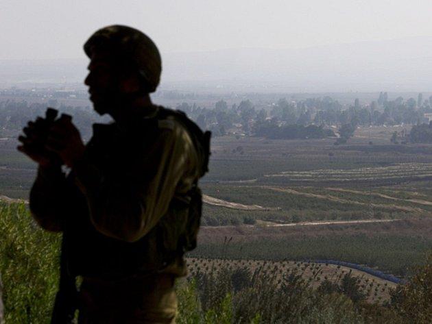Vojáci OSN se kvůli vyhroceným bojům mezi syrskou armádou a opozicí stahují z části kontrolních stanovišť na Golanských výšinách na syrsko-izraelském pomezí. Ilustrační foto.