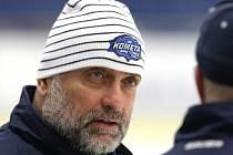Trenér Vladimír Kýhos na tréninku hokejistů Komety.