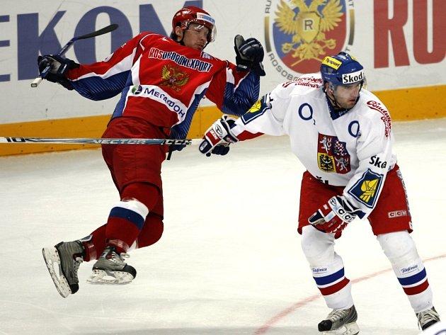 Vladimir Sičák posílá k ledu Sergeje Mozjakina.