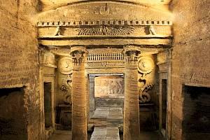 Katakomby Kom El Shoqafa v Alexandrii.