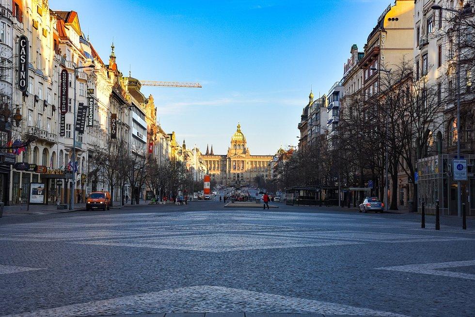 Mezi nejrušnější místa v Praze patří za běžných okolností také Václavské náměstí.