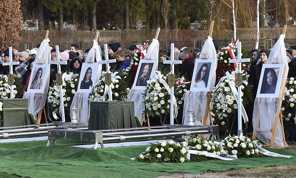 V polském Koszalinu byla pohřbena pětice dívek, které uhořely při únikové hře