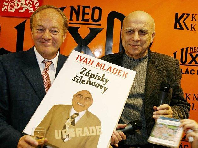 Dva komici s jednou knihou. Autorovi Ivanu Mládkovi přišel pomoct s obří maketou jeho Zápisků šílencových kolega humorista Luděk Sobota.