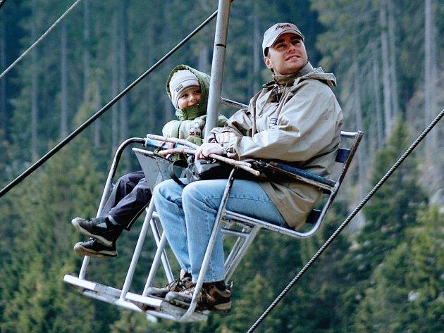 Ode dneška je na zimní sezonu po podzimní údržbě připravena na příliv zimních návštěvníků dvousedačka v Peci pod Sněžkou. Pasažéry však už zřejmě dlouho vozit nebude. Do roku 2009 až 2010 ji mají nahradit nové čtyřsedačkové kabinky.
