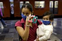 Lidé se chrání maskami na obličeji proti novému zákeřnému kmeni chřipky v Mexiku.