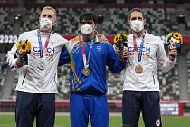 Zleva stříbrný oštěpař Jakub Vadlejch z Česka, Níradž Čopra z Indie a Vítězslav Veselý z Česka na stupních vítězů.