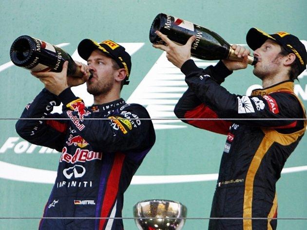 Sebastian Vettel (vlevo) a Romain Grosjean.