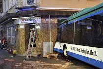 V Eberbachu narazil školní autobus do budovy.
