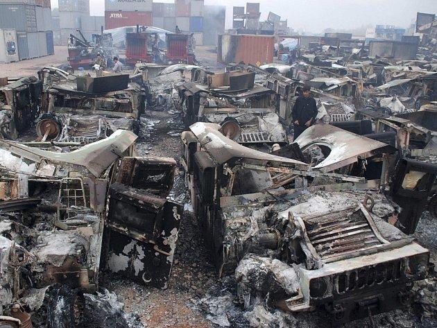 Zničená vozidla na předměstí Péšavaru.