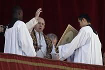 Papež František během při tradičním poselství Městu a světu (Urbi et orbi).
