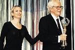 TRIUMF. Nejvyšší ocenění za celoživotní dílo převzal Břetislav Pojar v Karlových Varech z rukou hollywoodské hvězdy Renée Zellwegerové.