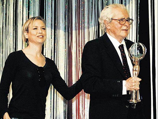 TRIUMF. Nejvyšší ocenění za celoživotní dílo převzal Břetislav Pojar v Karlových Varech z rukou hollywoodské vězdy Renée Zellwegerové.