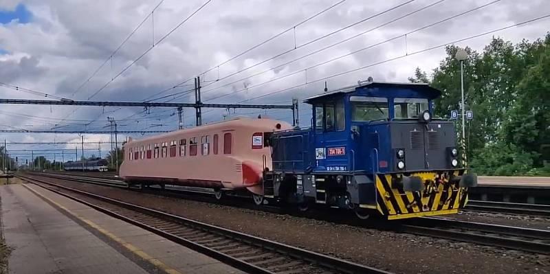 Lokomotiva odtáhla Slovenskou strelu z opravárenského závodu v Hranicích do Přerova. Tam legendární vlak čeká tři týdny lakování.