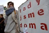 """Na pražském náměstí Republiky se dnes sešlo na akci """"Uprchlíci, vítejte"""" asi 150 demonstrantů. Protest byl namířen proti rasismu a xenofobii a jeho cílem bylo rovněž podpořit přijímání uprchlíků zejména z válkou zmítané Sýrie do České republiky."""