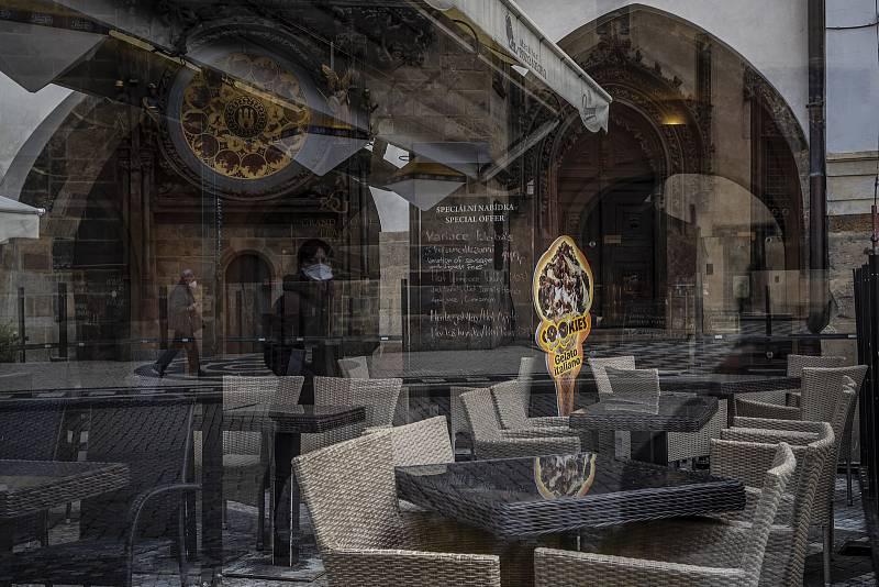 Stejně tak uvadá i restaurační byznys o několik metrů dále.