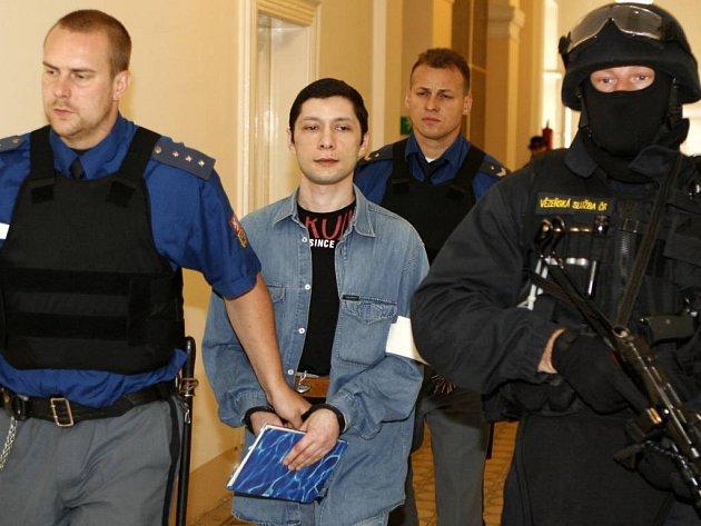 Izraelec Jakov Mošajlov (uprostřed) půjde na pět let do vězení.