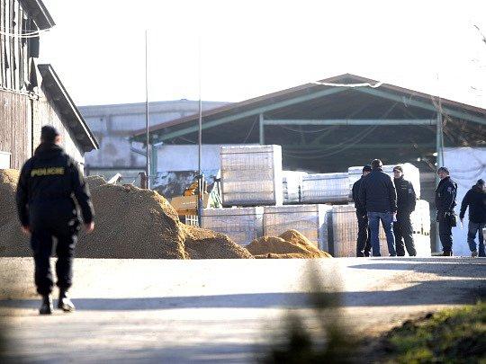 Policejní prezidium kontroluje materiál uložený v muničním skladu firmy Multiagro ve Slatině u Vysokého Mýta. Podle České televize, která na kontrolu upozornila, existuje podezření, že jsou výbušniny nesprávně uložené.