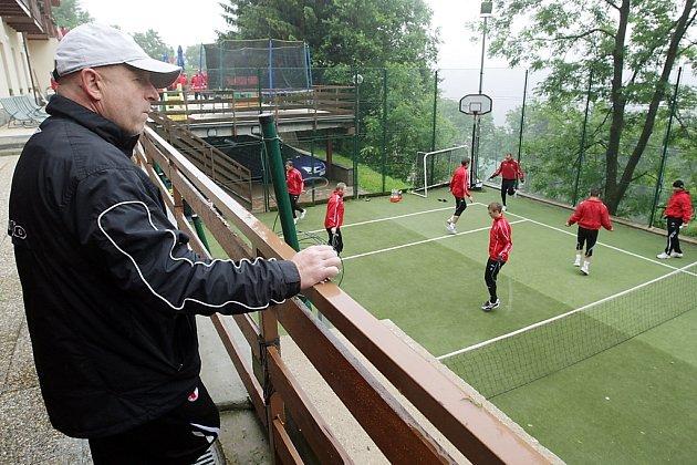 Slávisté na kondičním soustředění ve Špindlerově Mlýně na Švýcarské boudě - trenér Karel Jarolím.