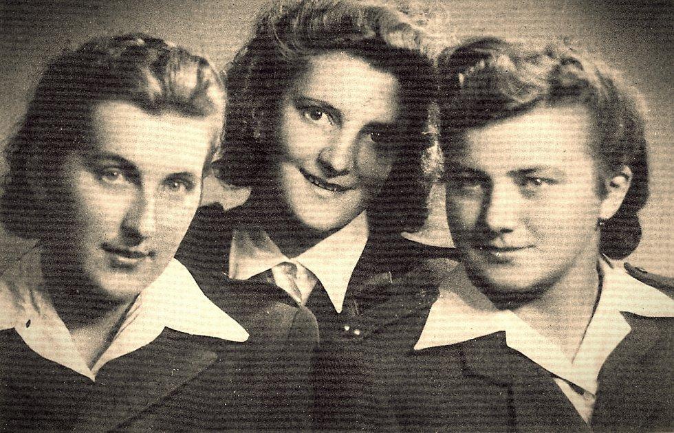 Spojařky Věra Skřivánková (provdaná Suchopárová) ze Straklova, Slávka Ficková (Altmannová), Helena Bártová (Kvašovská) ze Semidub na Volyni.