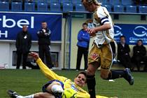 Souboj kapitánů. Teplický kapitán Josef Sabou odebírá čistě míč Rudolfu Otépkovi z Příbrami.