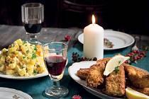 Česká tradice velí jednoznačně - smažený kapr a bramborový salát. Co preferují v jiných zemích se dočtete ve vánočním speciálu časopisu Receptář.