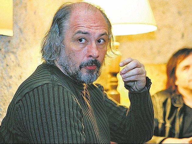 POPRVÉ V UNGELTU. Pro režiséra Janusze Klimszu i herce Viléma Udatného (vzadu) jde o první spolupráci s divadlem.