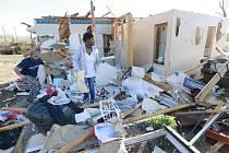 Nejméně 14 lidí zahynulo a desítky dalších byly zraněny v důsledku mohutných bouří, které ve středu postihly centrální a jižní část Spojených států.