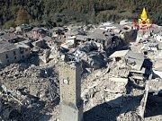 Hasiči v Mirandole pátrají v sutinách po přeživších
