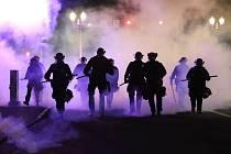 Policisté v Portlandu procházejí mračnem slzného plynu. Nepokoje v USA vyvolalo úmrtí George Floyda po zásahu policie.