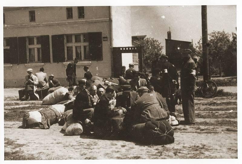 Židé z Německa, z Rakouska a z Prahy byli deportováni do lodžského ghetta, odkud zamířili do vyhlazovacého tábora