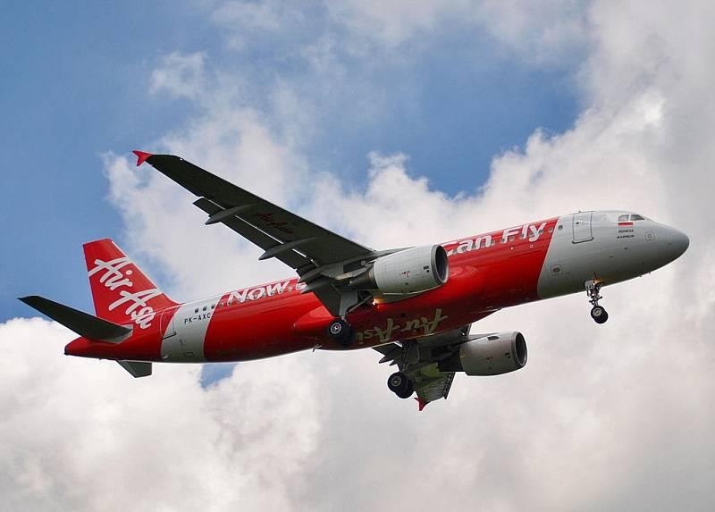 Letoun Indonesia AirAsia Airbus A320-200 při přistání na mezinárodním letišti Ngurah Ra na Bali. O osm měsíců později se zřítil do Jávského moře