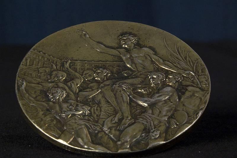 Zlatá medaile z olympiády v Berlíně v roce 1936. Tuto si vybojoval americký atlet John Woodruff, mimochodem, Afroameričan, jeden z těch, jejichž vítězství rozzlobilo Adolfa Hitlera..