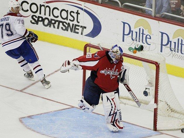Brankář Washingtonu Jose Theodore úspěšně zasahuje proti nájezdu montrealského Andreje Markova. Capitals porazili po samostatných nájezdech Canadiens 4:3.