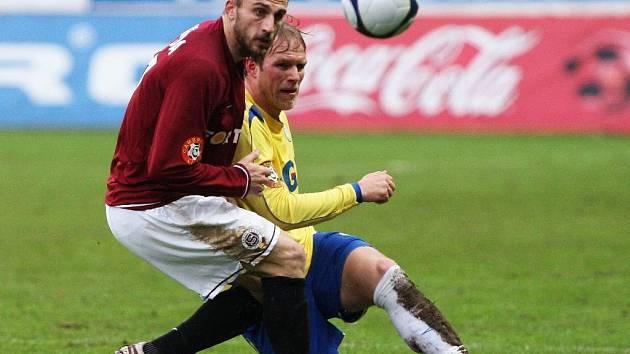 Teplický Klein odehrává balón před dotírajícím Holendou.
