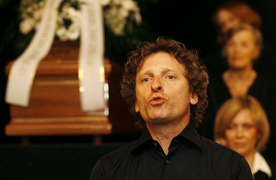 Poslední smuteční rozloučení s hercem Miroslavem Doležalem se konalo 17. dubna ve vstupním foyeru historické budovy Národního divadla. Ke smutečním hostům promluvil i herec David Prachař.